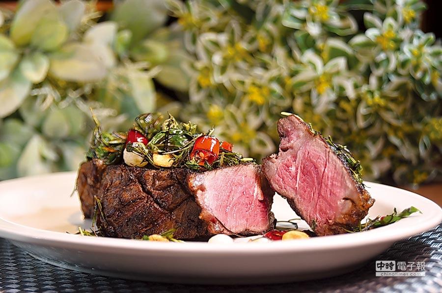 〈美國自然牛紐約克牛排〉是以人道飼養的美國杉河農場自然牛紐約克部位,不用爐烤、而是在特製高溫鐵板上煎熟。圖/姚舜