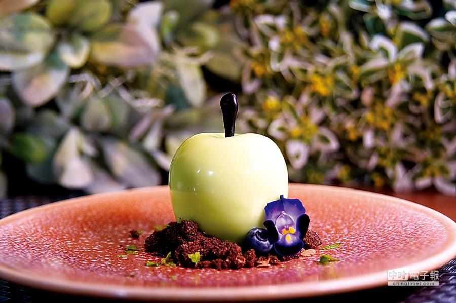 形色如真蘋果的甜點〈蘭姆葡萄乾青蘋果慕斯〉,內餡層次豐富。圖/姚舜