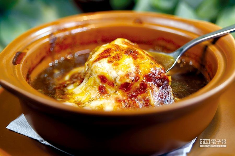 除了「台魂創意料理」,喜新戀舊的〈綻1852〉菜單上,保留了用厚片起司覆蓋的〈洋蔥湯〉。圖/姚舜