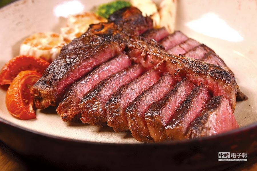用熟成30天澳洲Westholme和牛烤製的〈24盎司和牛丁骨牛排〉,可提供紐約客、菲力與骨邊肉等3種不同的口感享受。圖/姚舜