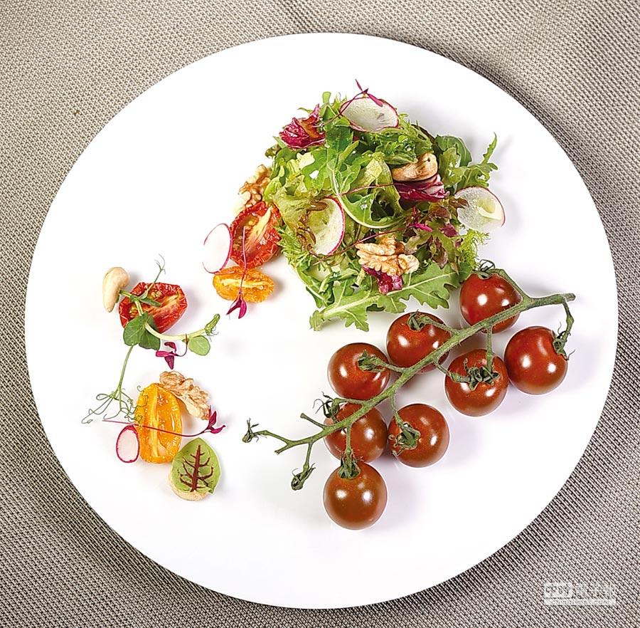以串採番茄與風乾番茄搭配鮮蔬製作的沙拉,呈盤如畫、清麗脫俗。圖/姚舜