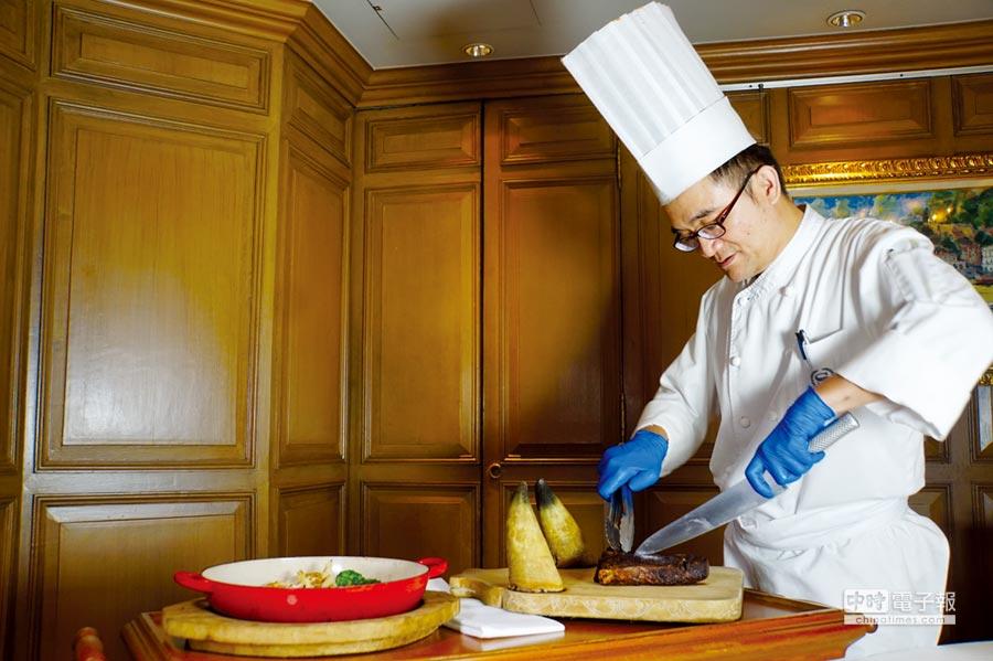 在〈安東廳〉享用牛排,主廚張守義會以桌邊服務幫客人仔細分切帶骨牛排的骨邊肉。圖/姚舜
