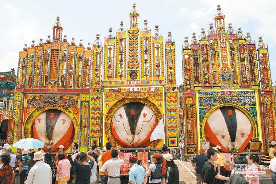 賽神豬是新竹義民廟中元普度活動一大特色。(記者王曉鈴攝)