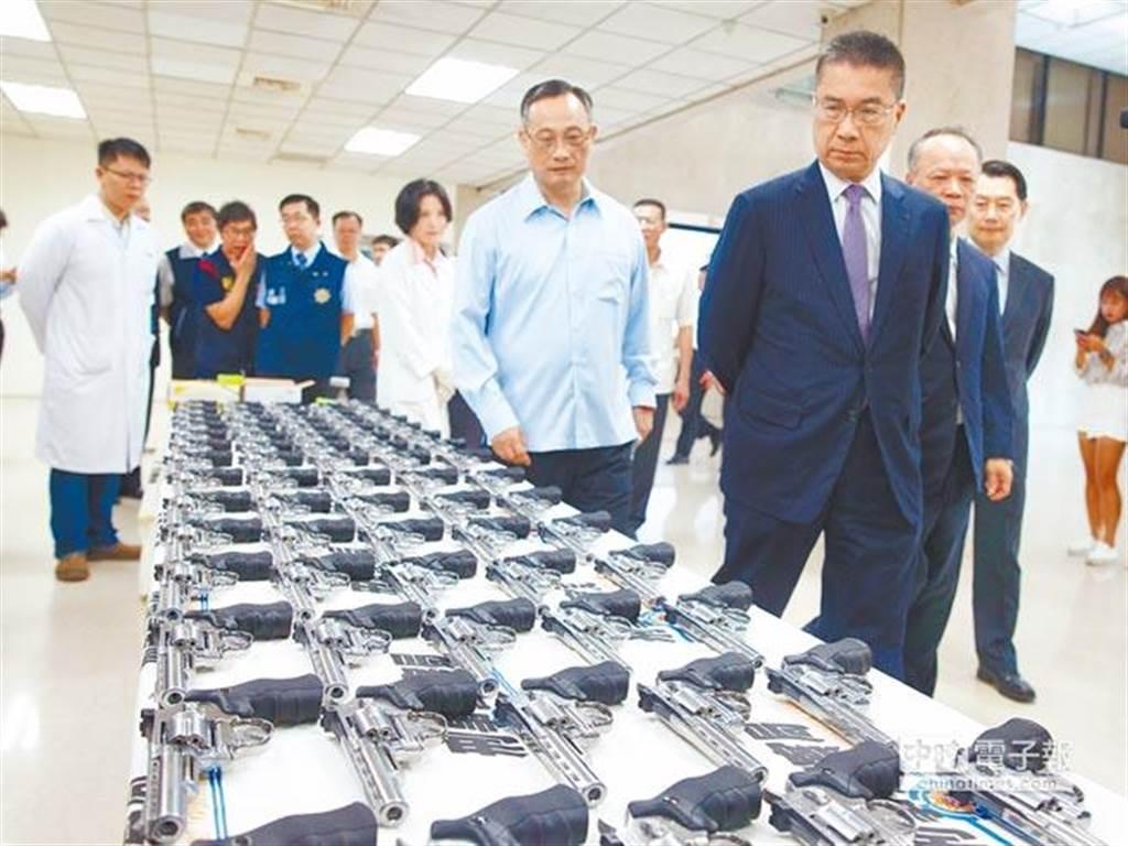 內政部長徐國勇(右三)7月20日到刑事局出席查獲504把空氣槍的破案記者會,卻被質疑這批「有疑義」的空氣槍是被用來討好新任部長徐國勇之用。(杜宜諳攝)