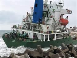 高雄港區擱淺7艘船 船員全數撤離