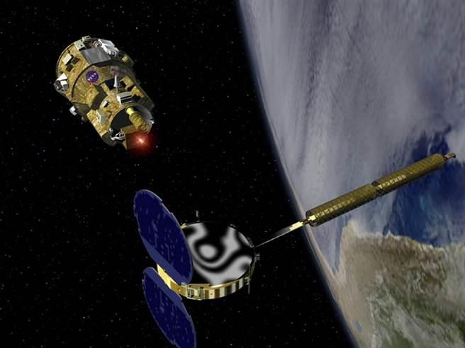 目前各國軍事與民用設備大量依賴衛星所提供的訊號,一旦衛星被敵方刧持或破壞,對民生與軍事安全都有難以估量的影響。圖為軌道上的人造衛星。(圖/美聯社)