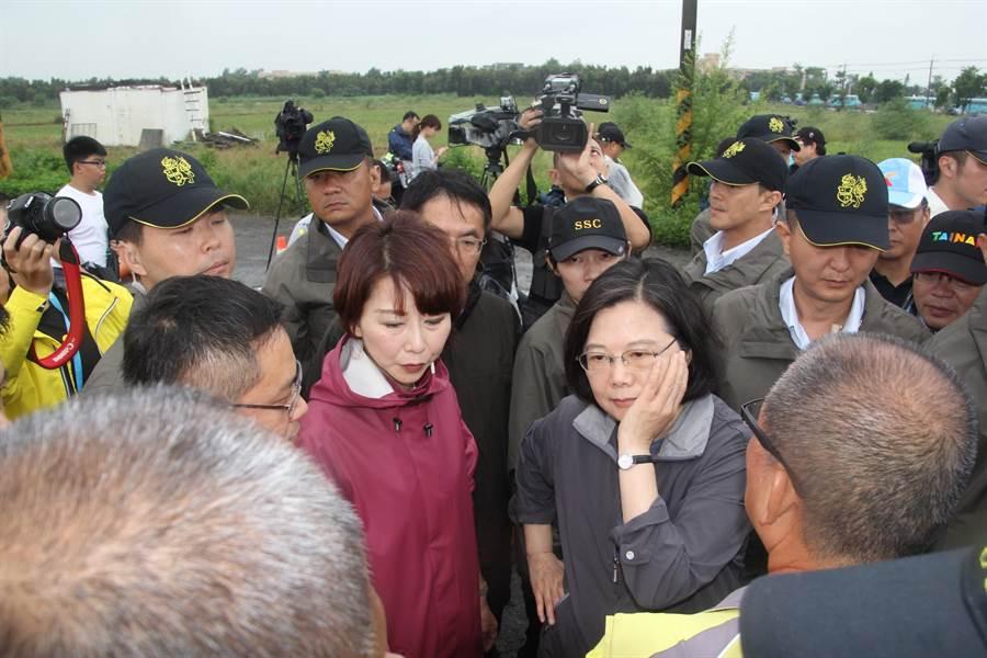 議員、里長與居民向蔡英文總統陳情各種水患之苦,令蔡英文托腮思考對策。(程炳璋攝)