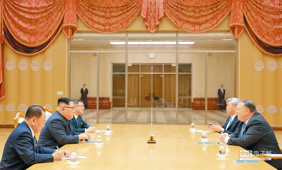 5月9日,北韓最高領導人金正恩(左二)會見美國國務卿蓬佩奧(右一)。(新華社)
