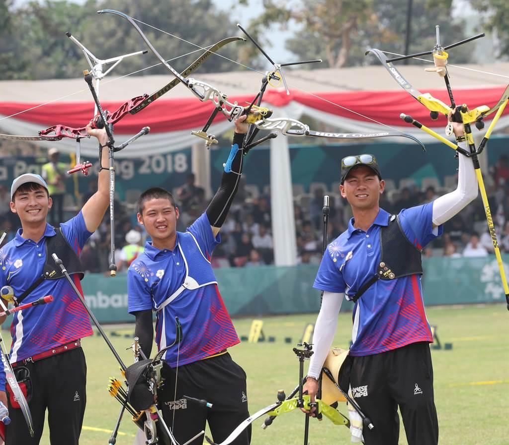 中華男子射箭隊羅偉旻(左起)、湯智鈞及魏均珩在2018亞運反曲弓男子團以金牌戰,以5比3射翻男韓,奪史上亞運首金。(陳怡誠攝)