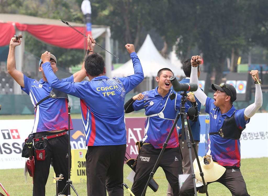 中華男子射箭隊在確定反曲弓男子團體擊敗韓國摘金後,興奮慶祝。(陳怡誠攝)