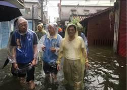 高雄》綠媒抹黑雨災熱舞當時 韓國瑜正泡水裡勘災