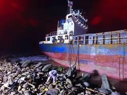 貨輪擱淺二仁溪出海口 海巡署環保局即刻救援