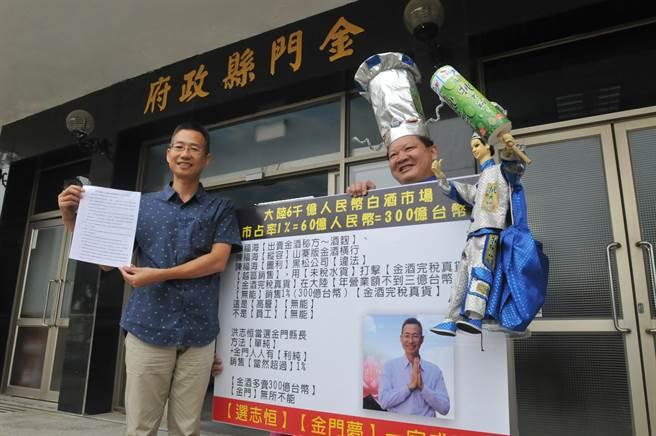 洪志恒(左)參選金門縣長,立志要當金門的「包青天」。(李金生攝)