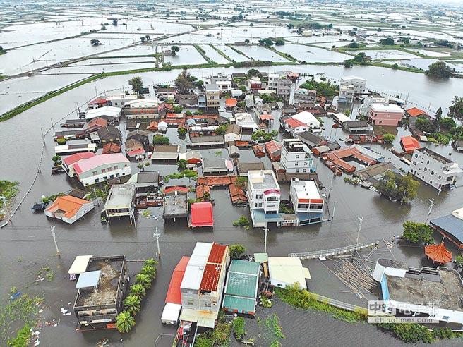 暴雨重擊南台灣,嘉縣東石鄉掌潭村淹水嚴重,全村撤離200多村民。(張伊珊攝)