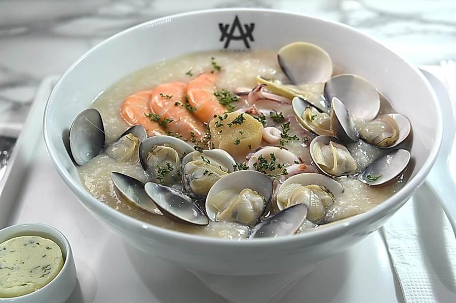 〈HUHA〉的〈檸檬奶油海鮮粥〉非常有「內涵」,一碗粥內有白蝦、蛤蜊、透抽和干貝。(圖/姚舜)