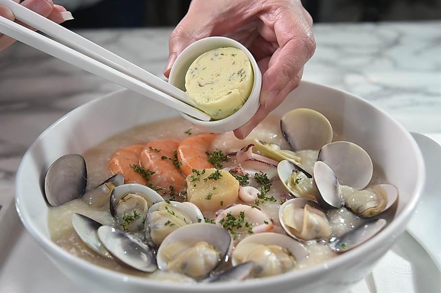 享用〈檸檬奶油海鮮粥〉時可以先嘗原味,然後再拌入特製的「檸檬奶油」享用「類海鮮燉飯」的滋味。(圖/姚舜)