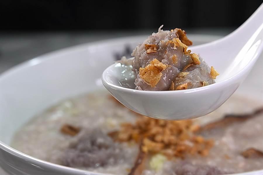 每碗100元的〈阿猜嬤芋頭粥〉,是邱逸欣按祖母的食譜熬煮,粥內有芋頭、瘦肉、香菇、高麗菜和菜脯,最後再灑了紅蔥酥。(圖/姚舜)