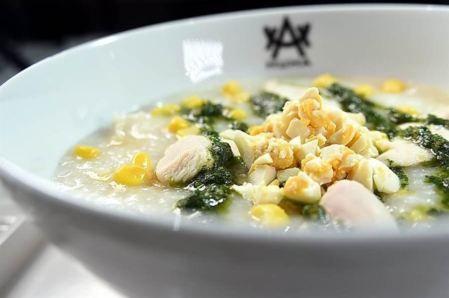 〈HUHA〉的〈塔香金沙雞肉粥〉內有雞肉、玉米粒、鹹蛋、九層塔,並用了義式青醬提味,最後還加了點紹興酒添香。(圖/姚舜)
