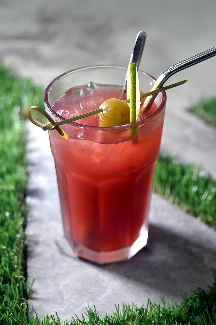 除了創意粥品,〈HUHA〉亦供應各式無酒精創意飲料,圖為用洛神花和紅茶熬製,並配了青梅和檸檬片的〈青梅洛神冰茶〉。(圖/姚舜)