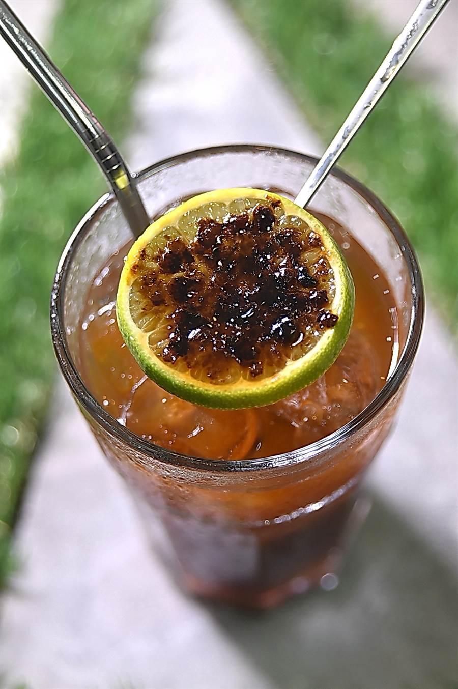 用自製焦糖檸檬調味的特調冰飲,甜酸滋味很消暑。(圖/姚舜)