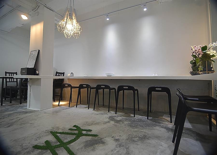 〈HUHA〉的店裝極簡素雅卻不失時尚,客人可在純淨的店內好好品嘗一碗粥。(圖/姚舜)