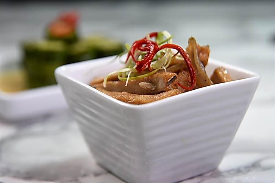〈HUHA〉菜單上亦提供諸如〈小魚豆干〉等不同的涼拌小菜,讓客人可以配粥。(圖/姚舜)