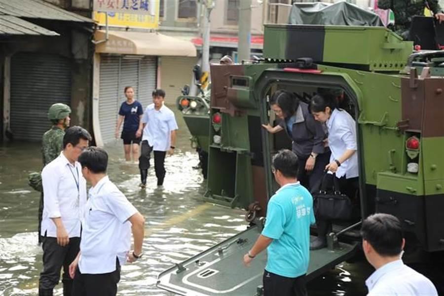 蔡英文總統前日搭雲豹車到嘉義勘災遭嗆,後來她下車「撩水」勘災。(資料照,張亦惠攝)