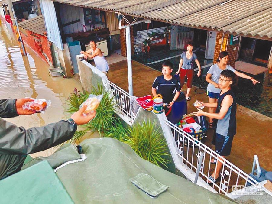 國軍派遣官兵前往災區,協同縣府及公所人員發送民生物資。(海軍司令部提供)