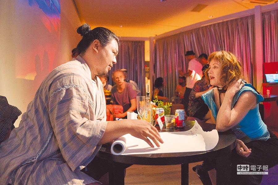 《島嶼酒吧》的演出現場,透過一杯飲料,傾吐個人心事。左為主創藝術家之一李銘宸。(台北藝術節提供)