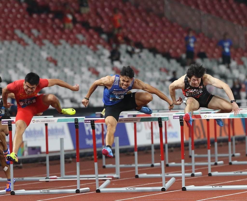 陳奎儒(中)邁開大步、跨過欄架,為了獎牌往前衝。(陳怡誠攝)
