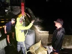 跟大雨賽跑!海軍水下大隊徹夜助嘉義排水6619萬加侖