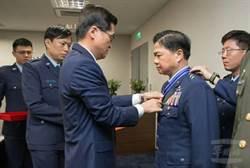 憲兵指揮官許昌月底退役 國防部長授勳