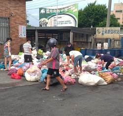 8萬元誤丟垃圾車 翻遍3噸垃圾山找到了