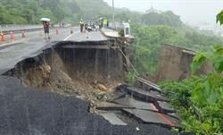 高雄暴雨狂下一整天 萬壽山橋路基淘空坍塌一大片