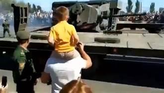 真糗!俄國T-34戰車在上板車時不慎翻覆
