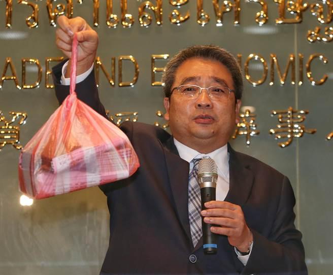 泰國經濟辦事處代表通才28日針對簽證費用調漲提出說明,在改善簽證品質下造成費用 增加,並非外傳調漲費用。並拿出先行業者隨意送件的塑膠袋。(王英豪攝)