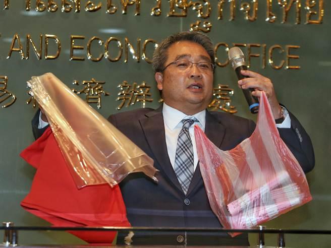 泰國經濟辦事處代表通才28日針對簽證費用調漲提出說明,在改善簽證品質下造成費用 增加,並非外傳調漲費用。並拿出改良後的包裝與過去的紅白塑膠袋比較。(王英豪攝)
