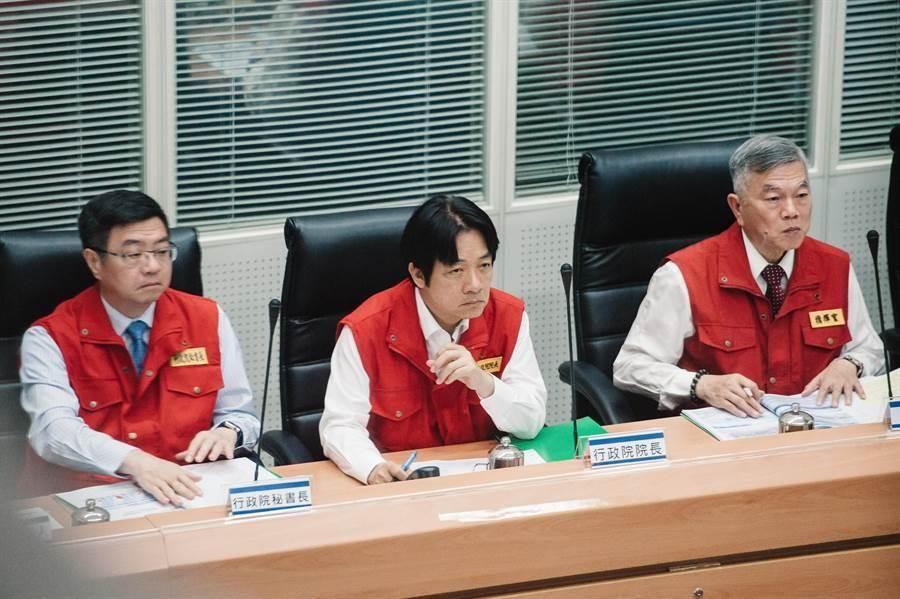 行政院長賴清德(中)28日前往中央災害應變中心坐鎮指揮。(郭吉銓攝)