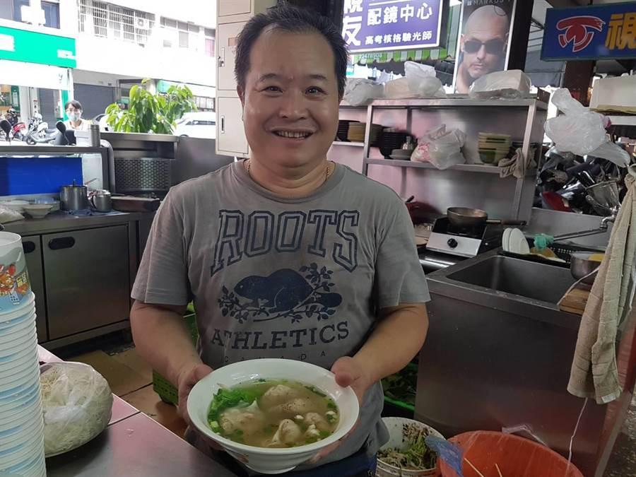 「江家餛飩」老闆王文洲每天到市場挑選食材,統一製餡,從早上5點開始包餛飩、熬煮湯頭、炒辣椒等。他嚴選蝦子要新鮮,食材品質要確保沒問題,店內口味才能永不變。(張妍溱攝)