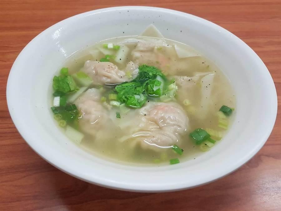 「江家餛飩」的鮮蝦大餛飩湯頭,採魚骨、蔬菜加上蝦頭等食材,熬煮約6個小時而成,放入一顆顆鮮蝦餛飩,湯頭鮮甜、口感相當搭配。(張妍溱攝)
