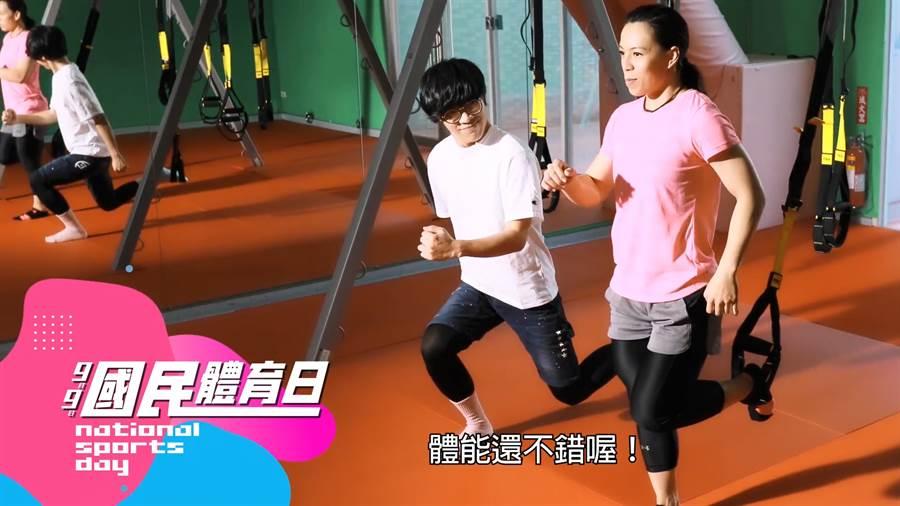 郭婞淳(右)在宣傳影片中稱讚盧廣仲體能不錯,笑料十足。(影片截圖)