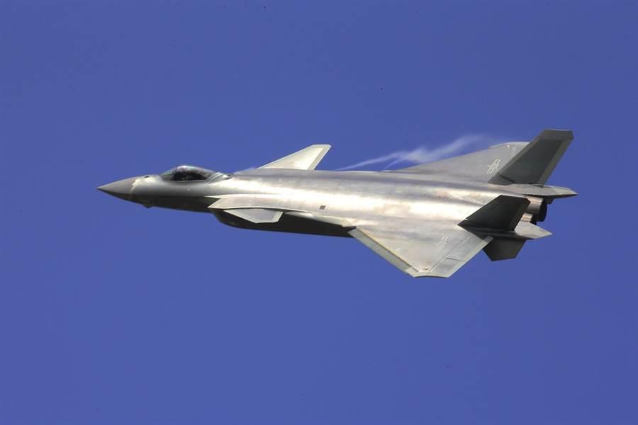 中共軍方開足馬力生產殲-20,卻引起印度的憂慮。中國是遲早要在國際市場出售這款隱形戰機,圖中即是2016年珠海中國國際航展時向客戶演示殲-20飛行的畫面。(圖/美聯社)