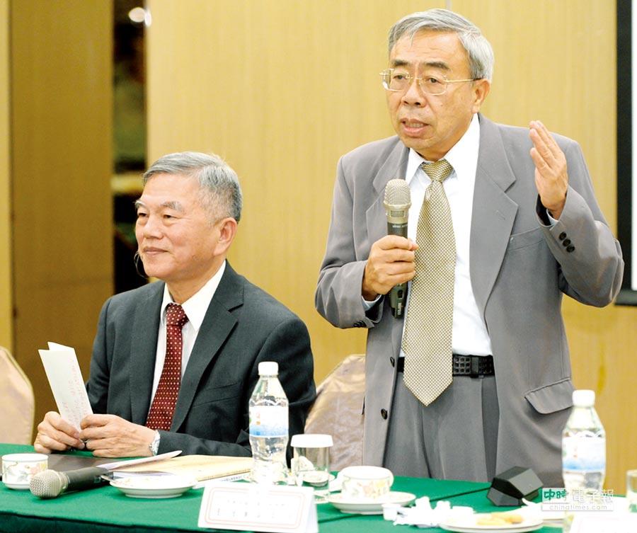 經濟部長沈榮津(左)27日出席工總理監事會議就電力問題做說明,由工總理事長王文淵(右)主持。圖/王德為