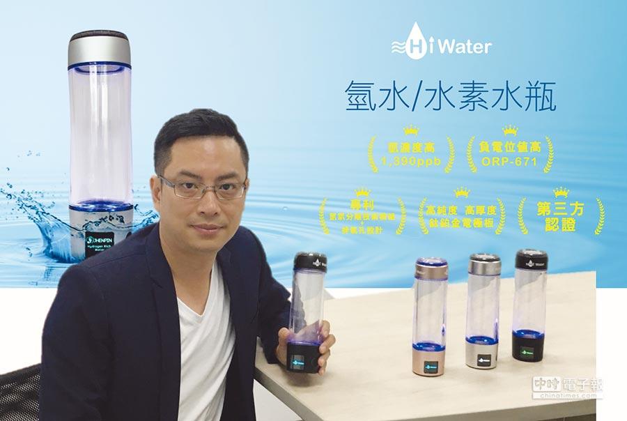 HiWater品牌發展經理巫逢益展示自有品牌水素水杯,並強調品質超越日韓標準。圖/業者提供