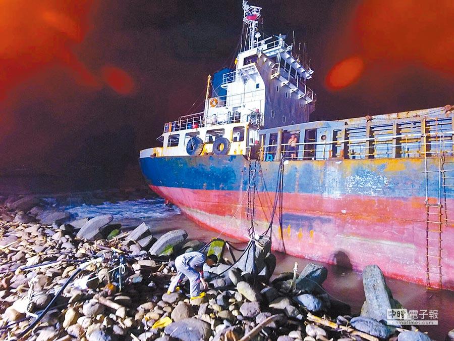 巴拿馬籍貨輪「無限2號」在台南市二仁溪出海口擱淺傾斜,26日深夜順利完成油料抽除任務。(台南市政府環保局提供)