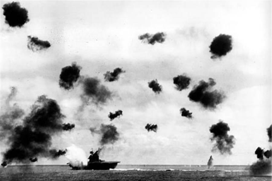 中途島大戰的一幕,漫天的砲火與美國航空母艦約克鎮號。(圖/美國國會圖書館)