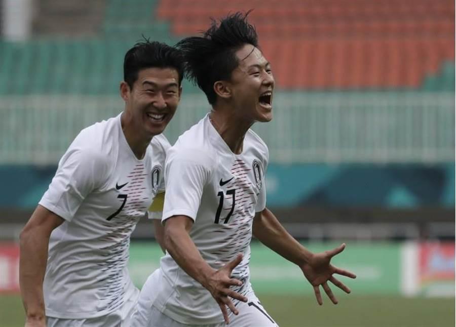南韓李昇祐(右)對越南「梅開二度」,讓熱刺球星孫興慜(左)距離「免役金牌」只剩最後一步了!(美聯社)