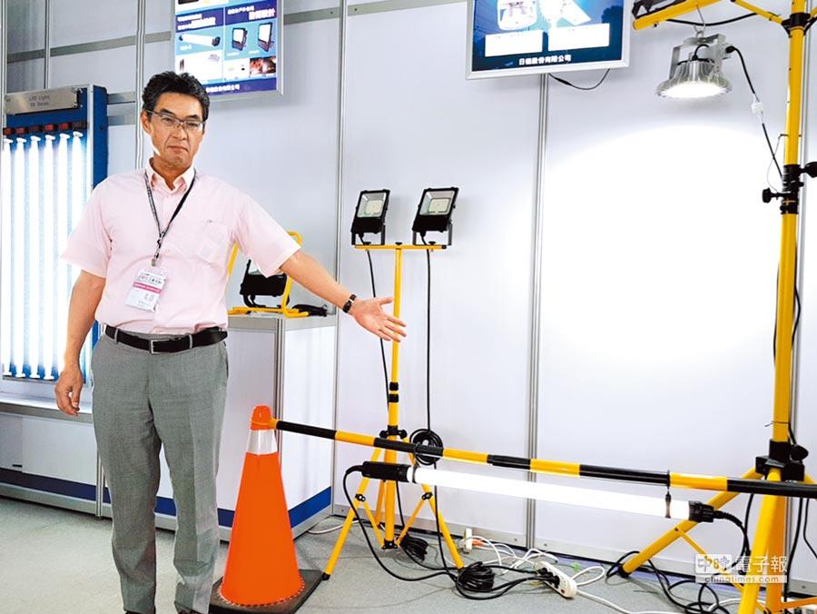 日機公司總經理村山宏成表示,投光燈、充電式LED燈可廣泛應用於戶外,甚至是公共工程夜間照明。圖/王妙琴
