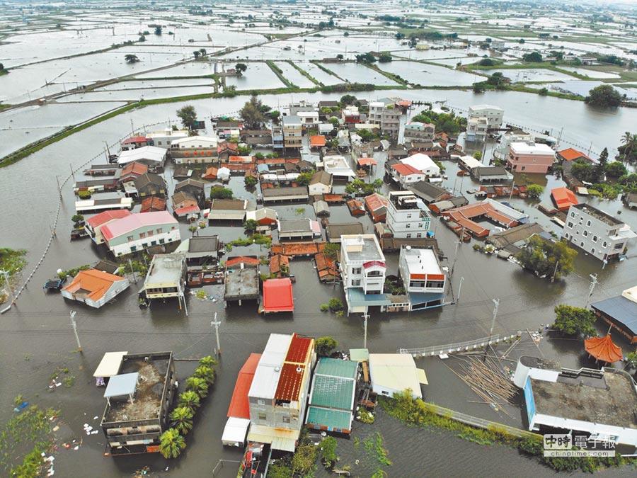 豪雨重創南台灣,嘉縣東石鄉掌潭村淹水嚴重。(本報資料照片)