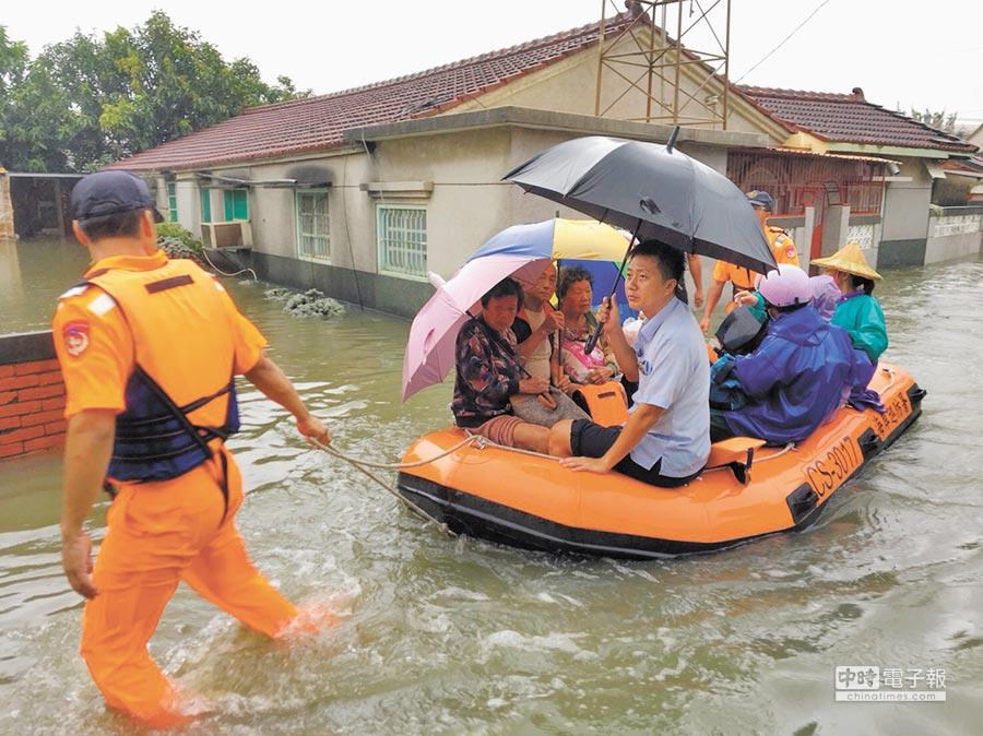 北門區玉港里水淹過膝,多名高齡長者受困屋內出不了門。(李其樺翻攝)